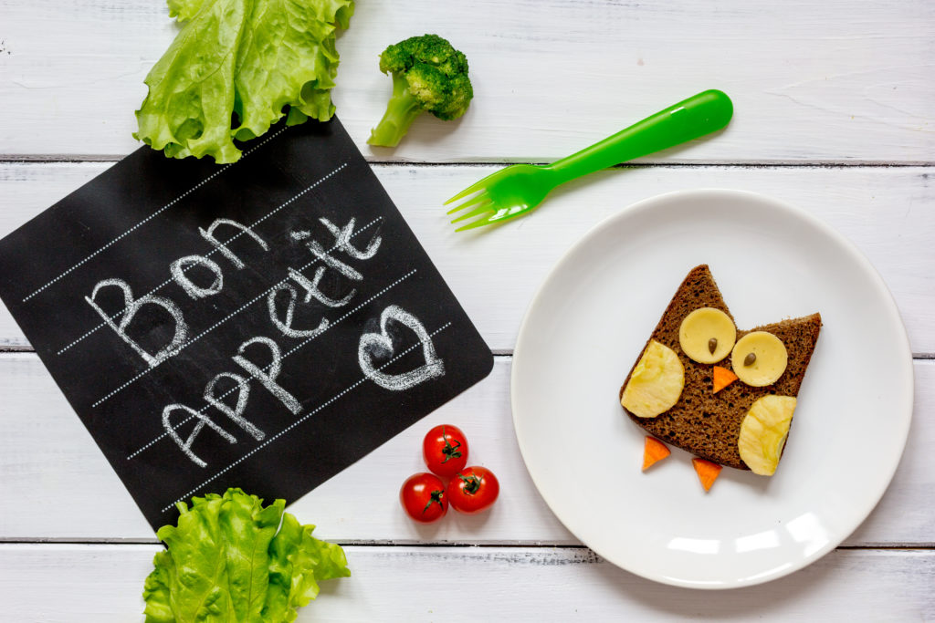 restaurant scolaire : hiboux en pain de mie dans une assiette